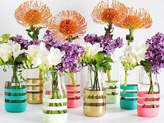 Cách trang trí chai thủy tinh thành lọ cắm hoa